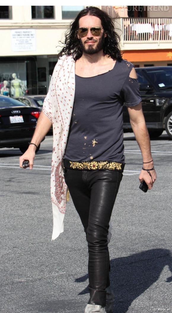 T-shirt déchiré et pantalon en cuir informe, le look de Russell Brand part à la dérive.