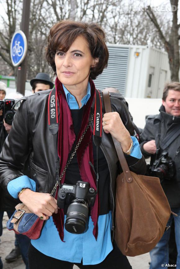 Inès de la Fressange se rend au défilé Chanel déguisée en reporter.