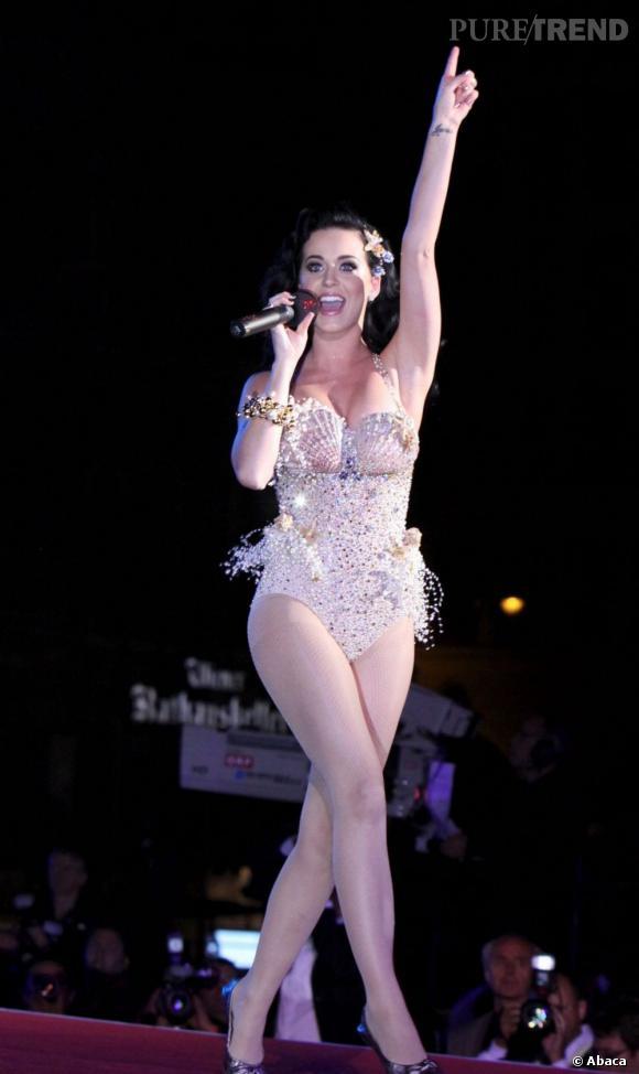 Fière de ses courbes, Katy Perry pousse la chansonnette en body à pailettes.