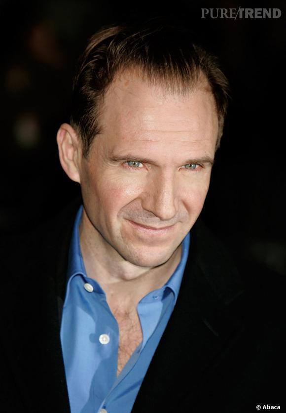 """Qui ? Ralph Fiennes, le beau gosse.  Toutes les filles craquent pour Ralph Fiennes. Mais franchement, c'est une très, très mauvaise idée. Assassin dans """"Red Dragon"""", il a aussi joué l'horrible commandant SS dans """"La Liste de Schindler"""". Mais ce qu'on ne lui pardonnera jamais, c'est d'être le MÉCHANT Voldemort dans """"Harry Potter"""", celui qui tue tout le monde."""