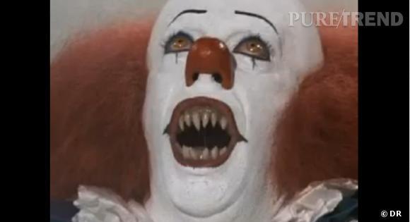 """Pourquoi   nous   fait-  il peur ?  Parce qu'à lui tout seul, il représente le mythe du clown malheureux, du clown tueur d'enfants, du clown qui se cache sous notre lit. En gros, Tim Curry c'est """"LA"""" peur, à l'état pure."""