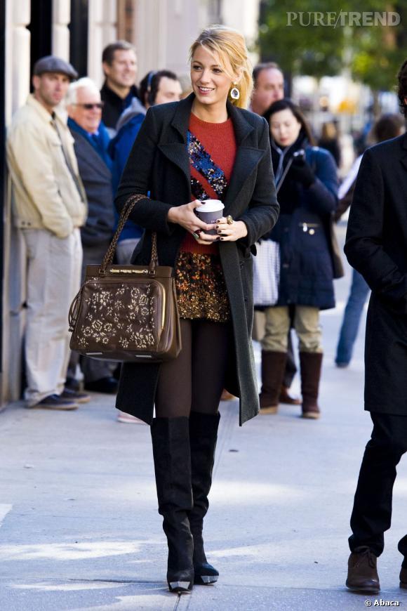 """Blake Lively porte un pull Marc by Marc Jacobs et une jupe Haute Hippie ainsi qu'un sac Valentino """"Demetra"""". Elle complète son look par une paire de bottes Rachel Roy."""