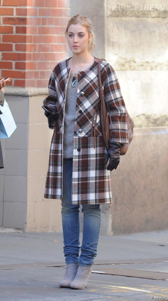 """La nouvelle venue, Ella Rae Peck sur le tournage de la saison 5 de """"Gossip Girl"""" à New York."""