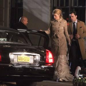 """Blake Lively en Vera Wang et trench Burberry sur le tournage de la saison 5 de """"Gossip Girl"""" à New York."""