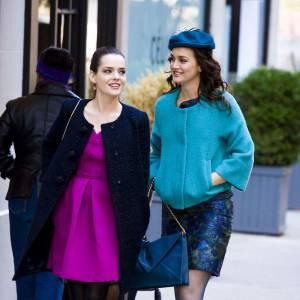 Leighton Meester affiche la couleur dans une veste Diane Von Furstenberg et une robe bleu nuit Carolina Herrera. Aux pieds, elle porte des Richelieux Stuart Wietzman. Qaunt à Roxane Mesquida, elle porte une robe Nanette Lepore.