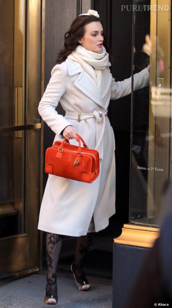"""Total look ivoire pour Leighton Meester dans son manteau Diane Von Furstenberg. En touche de couleur, elle porte un sac Loewe """"Amazona"""" ainsi que des escarpins Badgley Mischka."""