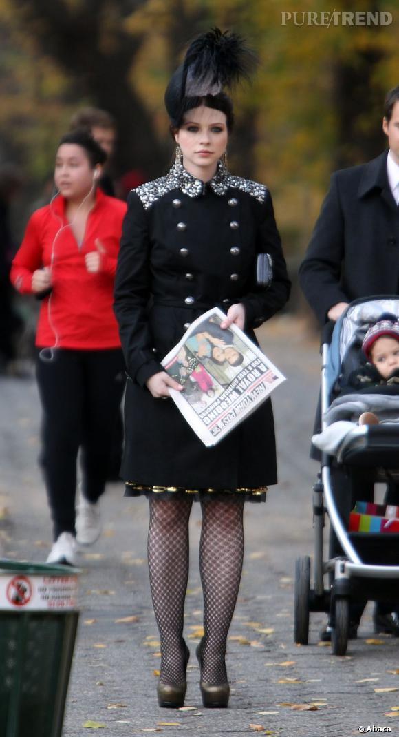 """Michelle Trachtenberg porte un trench customisé Burberry, des escarpins """"Tribtoo"""" Yves Saint Laurent ainsi qu'un chapeau Philip Treacy."""