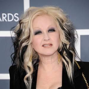 """Que s'est-il passé avec la coiffure de Cyndi Lauper ? """"Girls just wanna have fun"""". Dommage pour ce mélange blond-noir, lissé-bouclé, c'est un mauvais choix."""