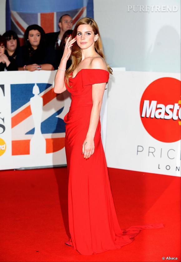 Rousse en robe rouge