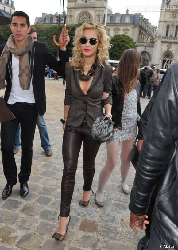 Son sens du style, elle le forge en fréquentant les front rows même les parisiens comme ici pour le défilé Louis Vuitton.