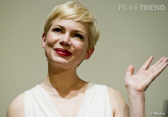 Avec sa bouche rouge et sa robe blanche plissée, Michelle Williams a des airs de son homologue à l'écran : Marilyn Monroe.