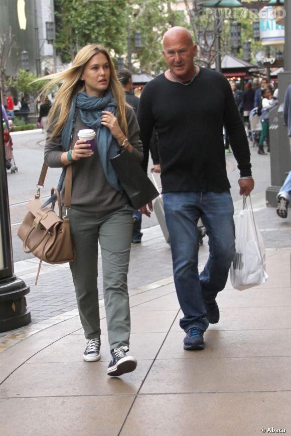 Bar Refaeli fait du shopping avec son père chez Victoria's Secret.