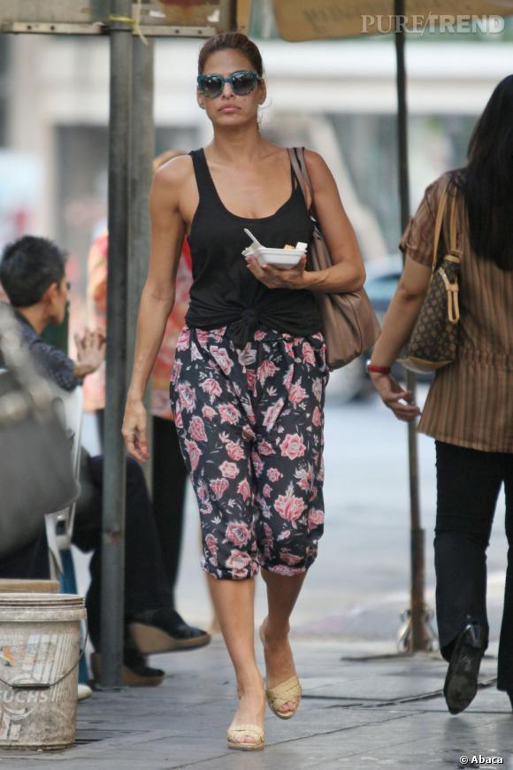 Eva Mendes se la coule douce, corsaire à fleurs justement associé avec un débardeur uni.
