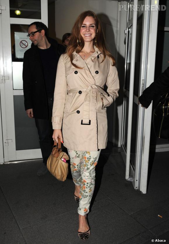 Lana Del Rey pimente son total look beige en toute subtilité.