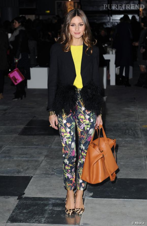 Escarpins jungle, pantalon à fleurs et top fluo, Olivia Palermo est une vraie fashionista.
