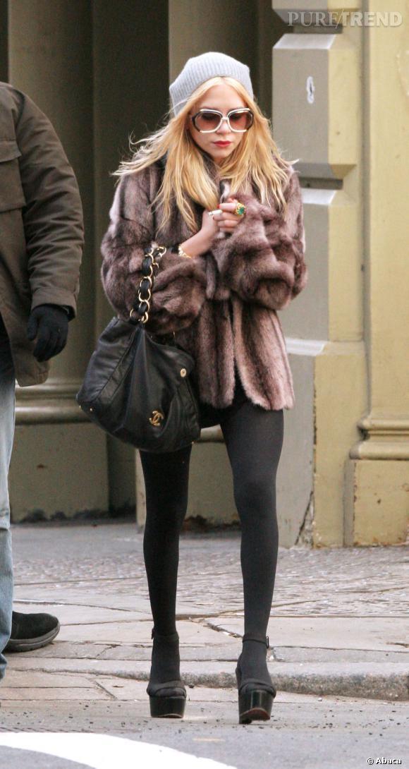 Mary-Kate Olsen en 2007 s'impose officiellement comme la fille la plus stylée de New York. Sac Chanel, manteau en fourrure et chaussures compensées, tout y est !