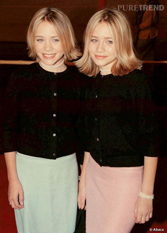 Mary-Kate et Ashley Olsen en 1999 sont alors âgées de 13 ans. Pour leurs débuts dans le monde de l'adolescence, elles commencent avec une image de petites filles modèles. Jupes pastel et gilet sages à l'appui.
