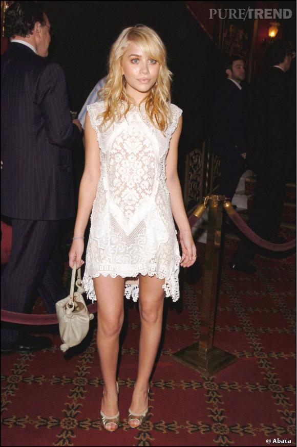 La même année Ashley Olsen commence d'ores et déjà à faire des étincelles. Dans une petite robe en dentelle blanche elle est délicieuse.