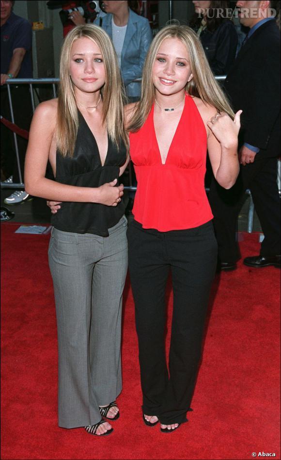 Mary-Kate et Ashley Olsen en 2001 commencent a jouer de leur sex-appeal. Décolletés affriolants certes, mais sens du style un peu dépassé. On pardonne les belles, la mode des débuts 2000 leur a imposer ça.