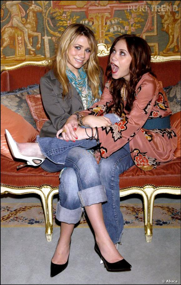 Mary-Kate et Ashley Olsen en 2004 commencent leur marathon mode en restant parfaitement fidèles à leur image de teenagers.
