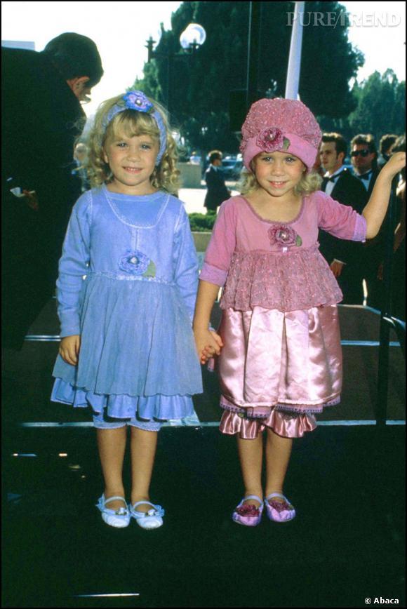 Quelques mois après, Mary-Kate et Ashley Olsen mise sur la fausse dissociation. Un couple classique chez les jumelles, qui portent la même tenue mais de couleurs différentes. Cliché certes, mais craquant aussi.