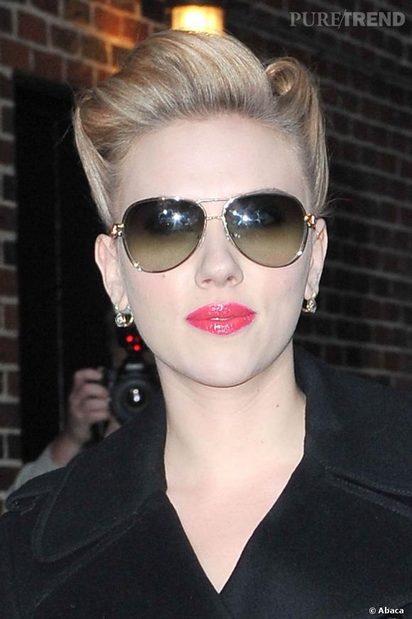 Scarlett Johansson met en valeur sa bouche pulpeuse avec une texture très riche, crémeuse et brillante. Pour aller avec son teint de porcelaine, elle maquille ses lèvres de rose tirant vers le corail.