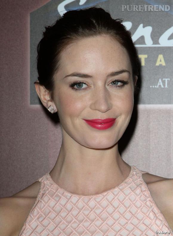 Emily Blunt ose le rose vif pour souligner sa robe poudrée. Une touche parfaite pour décaler un look un peu trop sage.