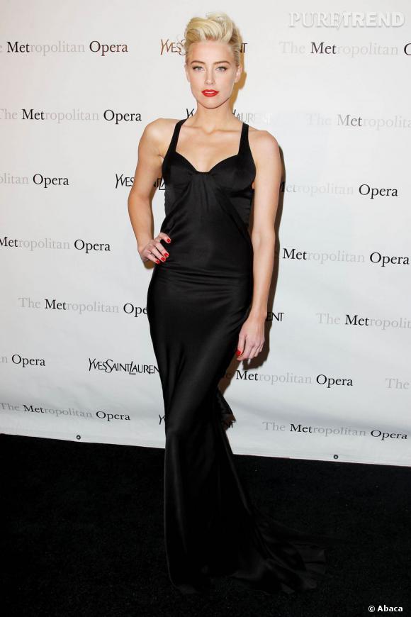 Amber Heard, look de femme fatale en robe longue Yves Saint Laurent.