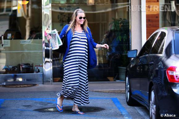 Molly Sims craque à son tour pour une robe XL rayée.