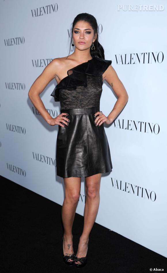 Sa robe asymétrique mixe dentelle et cuir pour un ensemble impeccable. Même les escarpins cloutés griffés Valentino sont dans le thème.
