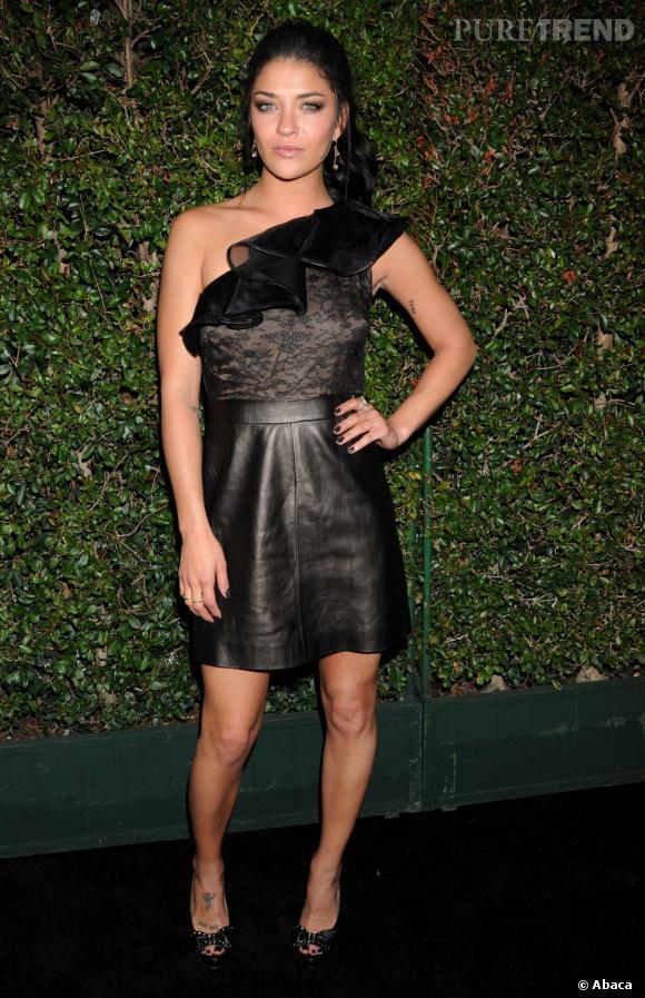 Jessica Szohr adopte un look dark mais sexy en robe Valentino Pre-Fall 2011.