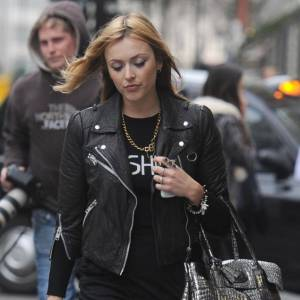 L'allure sexy dark peut aussi faire des merveilles dans la rue comme nous le prouve Fearne Cotton. Le perfecto et les bottines de motard sont un must.
