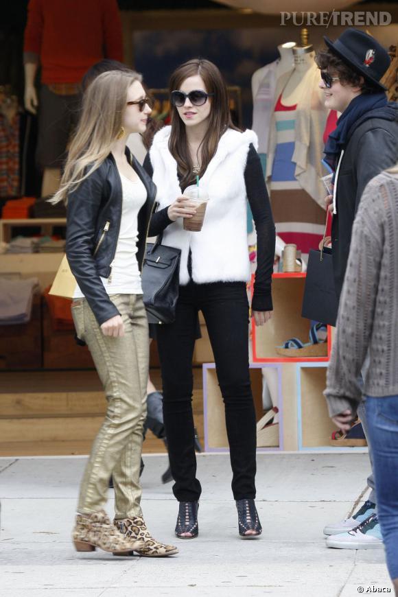Emma Watson moule ses jolies jambes dans un jean slim noir : une valeur sûre.