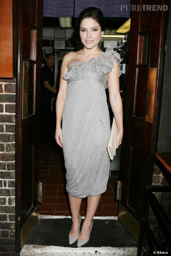 """Le top """"froufrous"""" :  on préfère la version plus subtile de cette robe grise au détail volanté."""