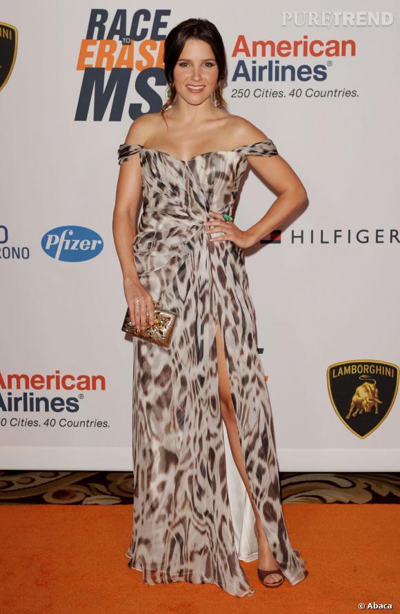"""Le flop """"bestial"""" :  on dit non à la robe léopard qui élargit la silhouette de la jolie Sophia Bush."""
