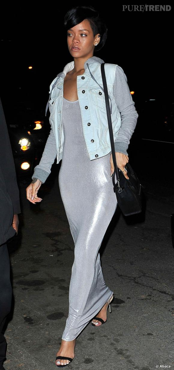 Rihanna moule sa silhouette dans une robe argent seconde peau.