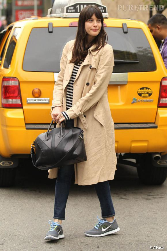 Liv Tyler semble visiblement avoir du mal à arrêter un taxi jaune.