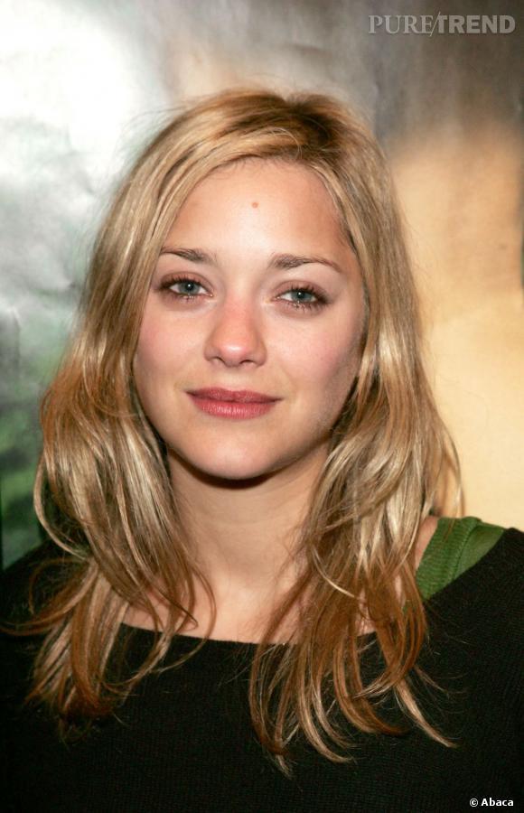 """En 2005, l'actrice commence l'année en laissant ses cheveux blonds détachés, dans un esprit très """"crinière wavy"""" de sortie de plage. Idéal pour réveiller le teint l'hiver."""