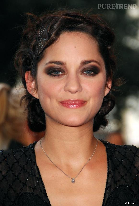 L'actrice joue de ses ondulations avec des chignons toujours plus travaillés.