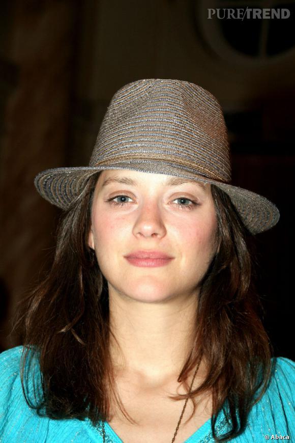 Jeune première du cinéma français en 2006, Marion Cotillard porte très bien le chapeau.