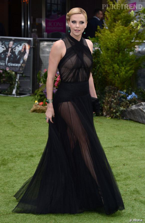Charlize Theron complète son look à l'aide de bijoux émeraude Solange Azagury Partridge.