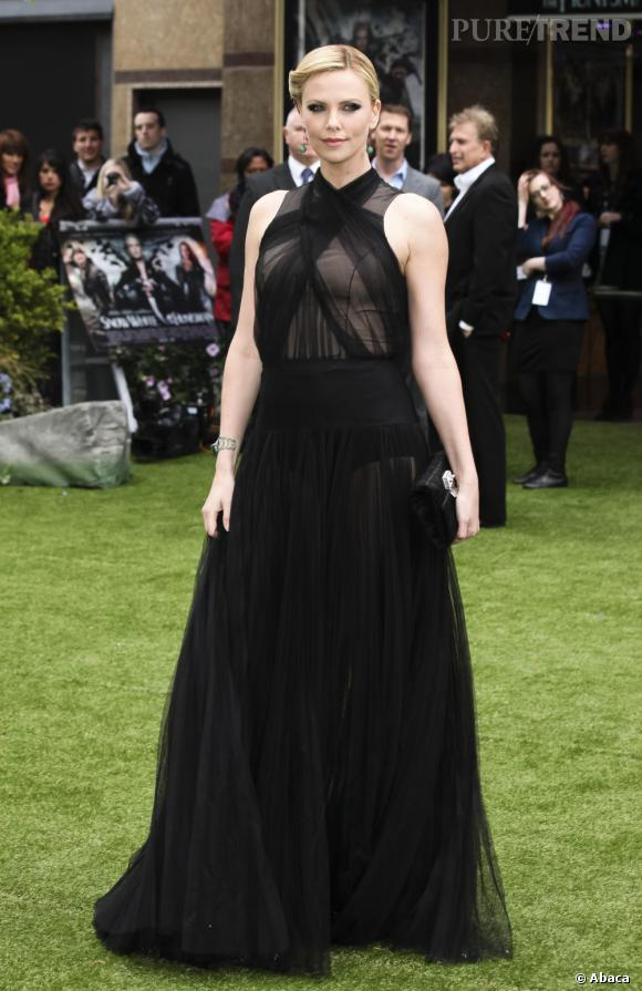 Charlize Theron complète sa tenue avec une coiffure rétro très fifties.