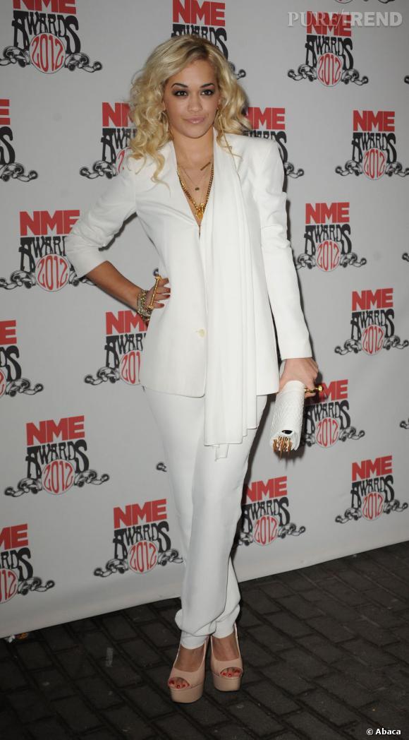 Rita Ora n'est pas en reste avec ce smoking blanc qu'elle agrémente de bijoux dorés. Un sans-faute !