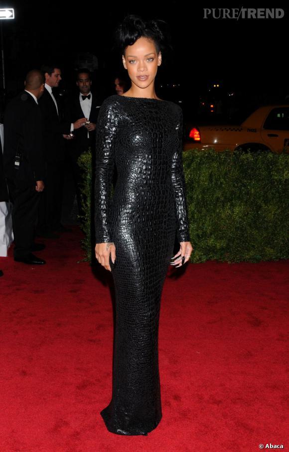 Au MET Ball, Rihanna moule ses formes avantageuses dans une robe façon python