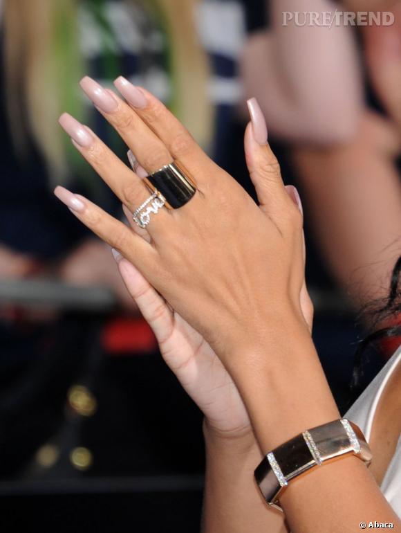 Féline et sauvage, Rihanna opte pour des ongles très longs... Des griffes qu'elle peint de nude