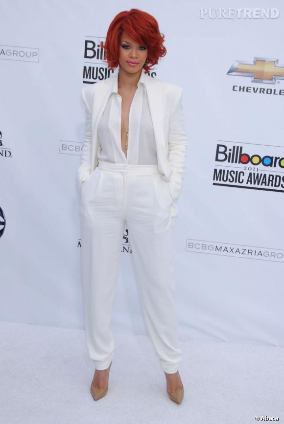Véritable caméléon, Rihanna jongle avec ses looks et peut passer du trash au chic, comme avec ce smoking blanc.