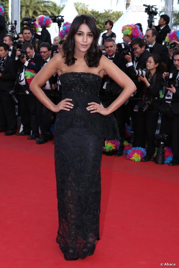 Leïla Bekhti opte pour une valeur sûre, la robe fourreau à paillettes noires.