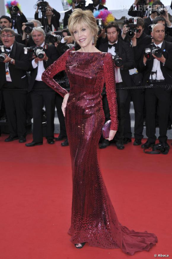 Autre jour autre robe pour Jane Fonda qui dégaine la robe à paillettes Roberto Cavalli.