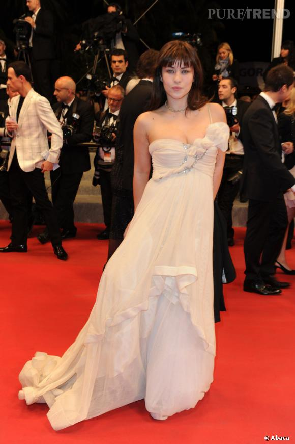 Milène Jampanoï se la joue apparition dans une robe dramatique.