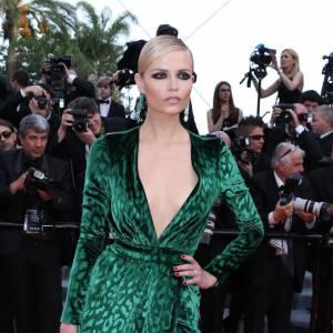 Natasha Poly tire son épingle du jeu avec la robe la plus osée. Un modèle Gucci animal et audacieux.